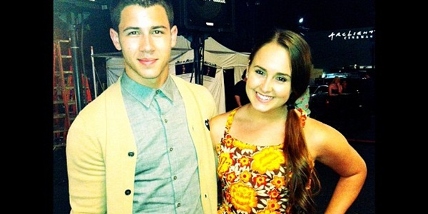Nick Jonas no set de filmagem do programa Brilhante Vitoria