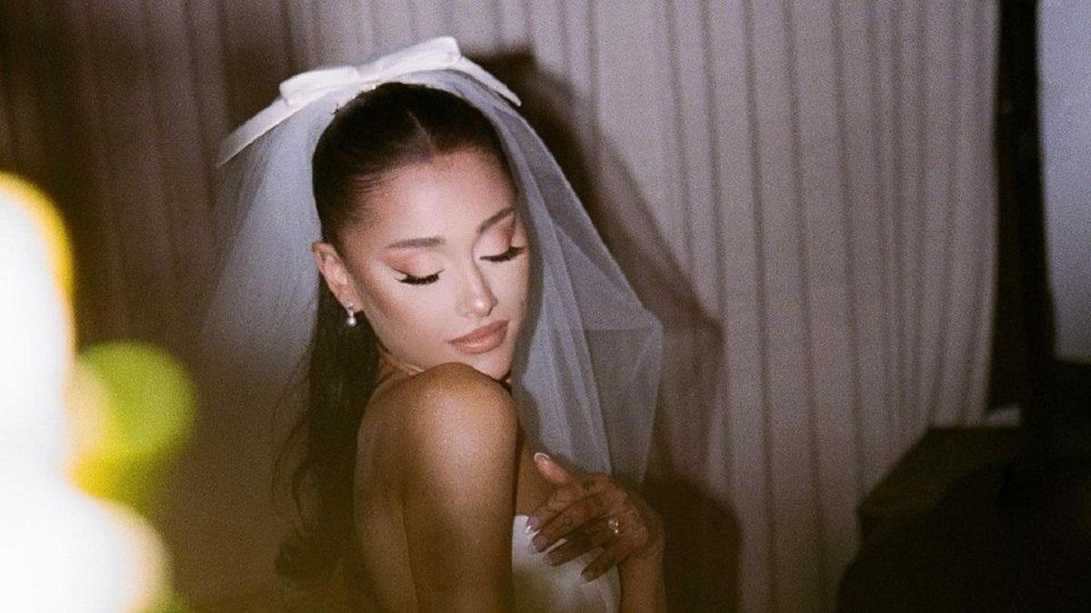 Ariana Grande mostra pela primeira vez sua aliança de casamento