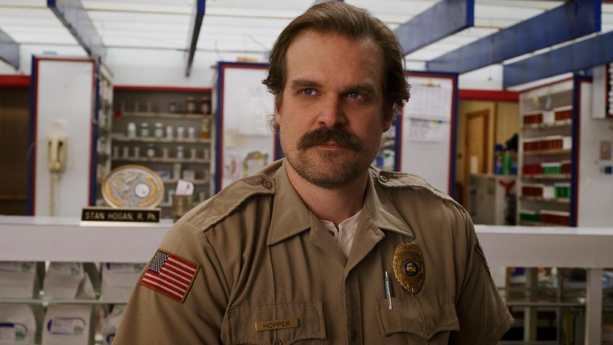 Stranger Things: Visual de Hopper precisou ser alterado na 4ª temporada. Entenda o motivo!