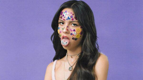 Olivia Rodrigo revela bastidores da foto de capa de 'SOUR' e dá detalhes sobre seu conceito