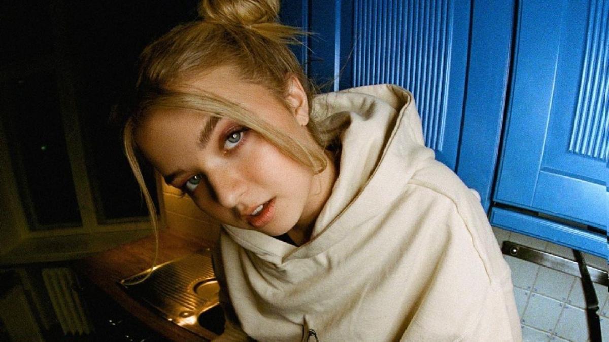 Joalin Loukamaa da novo passo em sua carreira solo e é vista em estúdio de gravação