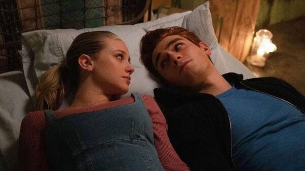 Criador de 'Riverdale' fala sobre o futuro de Betty e Archie como casal na 5ª temporada