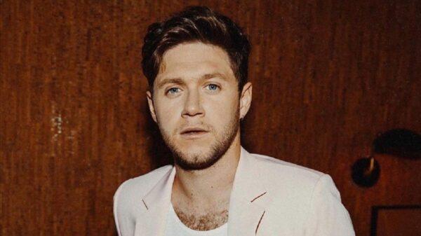 Niall Horan faz primeira aparição pública ao lado da namorada